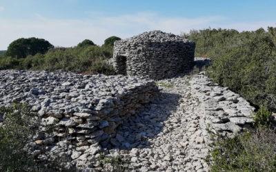 Le chemin des capitelles entre vignes et garrigue