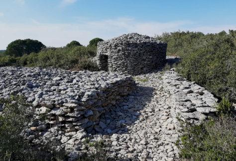 Capitelles et bâti en pierres sèches dans la garrigue