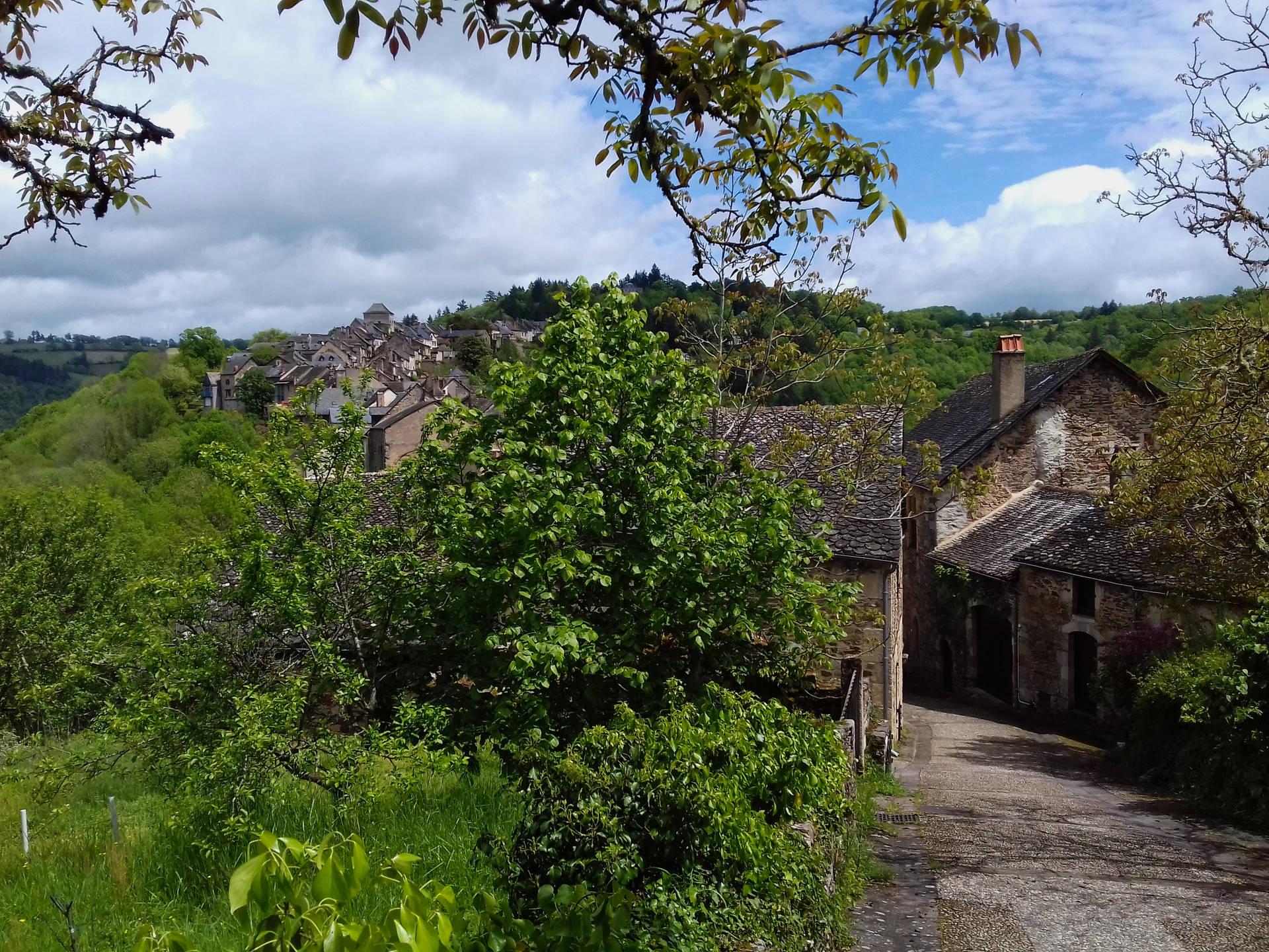 Ancien chemin au pied des parois de calcaire